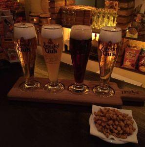 Купить Доска для дегустации пива с ручкой двухсторонняя 30/42х13см, с выемками под 4 бокала и выемкой под орешки